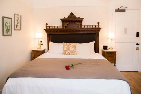 Cedar Gables Inn Edwards Study - King Size Bed