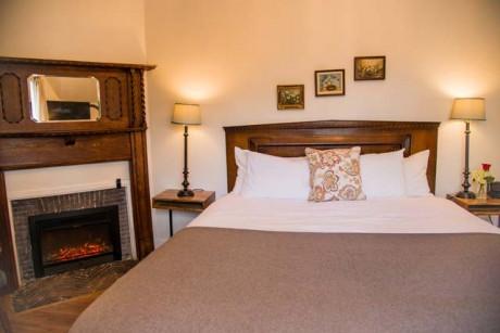 Cedar Gables Inn Miss Dorothys Room - King Size Bed