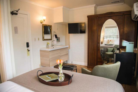 Cedar Gables Inn Avon Loft - Bed and Vanity/Sink