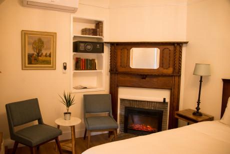 Cedar Gables Inn Miss Dorothys Room - Fireplace