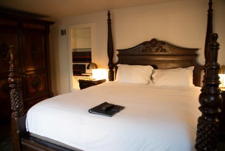 Cedar Gables Inn The Gables Suite - King size bed