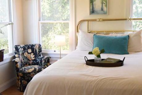 Cedar Gables Inn Standard Loft - Bedroom and Reading Area